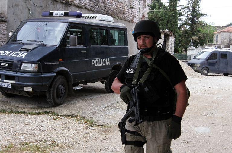Αλβανία: Eκαψαν την ελληνική σημαία στους Αγίους Σαράντα   tovima.gr