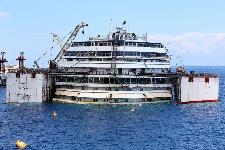 Συνεχίζεται με επιτυχία η επιχείρηση ανέλκυσης του Costa Concordia | tovima.gr