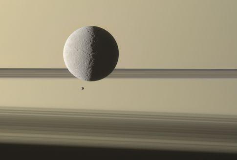 Ένα μικρό και ένα μεγάλο φεγγάρι συναντιούνται στον Κρόνο | tovima.gr