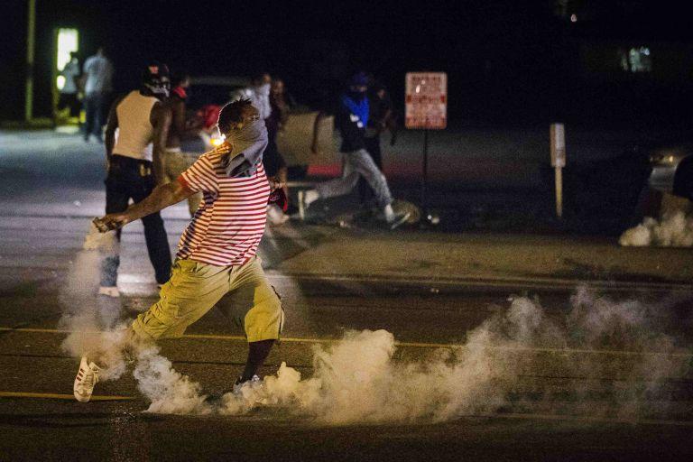 Μιζούρι: Διαδηλωτές και αστυνομία στους δρόμους-Καλείται η Εθνοφρουρά | tovima.gr