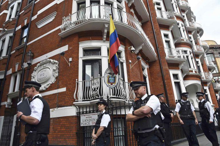 Ασάνζ: Αποχωρεί από την πρεσβεία του Ισημερινού στο Λονδίνο | tovima.gr