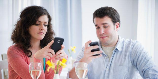 Τα κινητά «ξαναγράφουν» το savoir vivre | tovima.gr