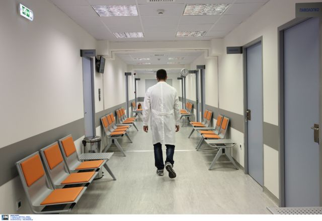 Δίωρες επαναλαμβανόμενες στάσεις εργασίας από τους γιατρούς κατά της διεύρυνσης του ωραρίου τους | tovima.gr
