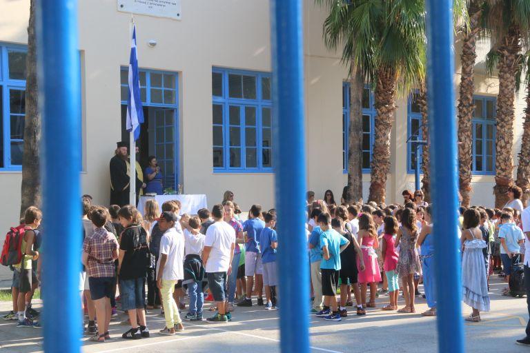 Τροπολογία για ζητήματα ΟΤΑ, συμβάσεις καθαριστριών σχολείων | tovima.gr