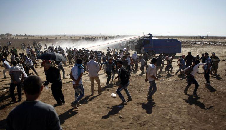 Τουρκία: Αντλίες νερού και δακρυγόνα κατά Κούρδων στα σύνορα με Συρία | tovima.gr