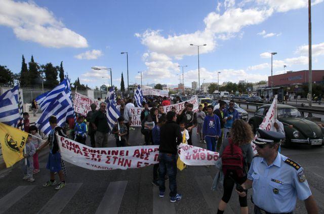 Roma gypsies in Halandri protesting camp demolition and relocation | tovima.gr