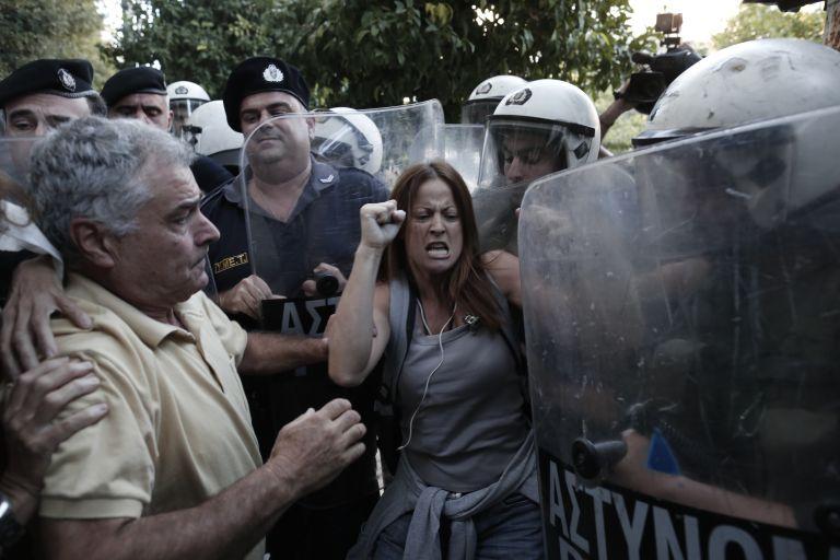Ενταση ανάμεσα σε ΜΑΤ και εκπαιδευτικούς έξω από το Μαξίμου | tovima.gr