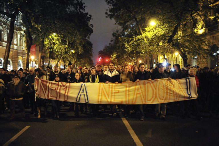 Οι Ούγγροι διαδήλωσαν κατά του φόρου στο Διαδίκτυο | tovima.gr