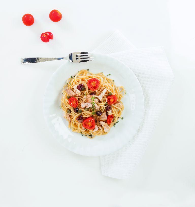 Tόνος με σπαγκέτι, ντοματίνια, κάππαρη και ελιές   tovima.gr
