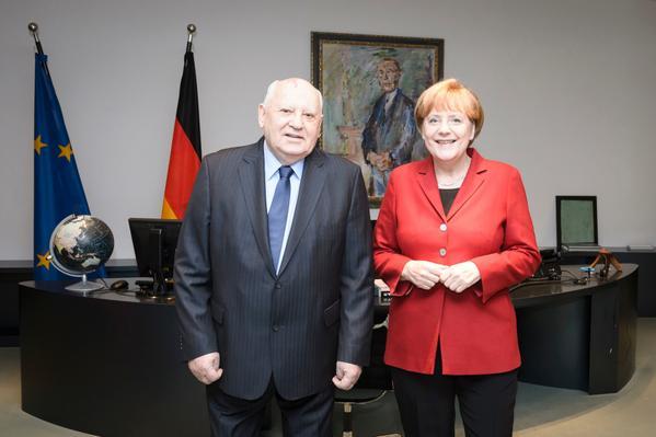 Τα είπαν μόνοι τους Γκορμπατσόφ και Μέρκελ, στο γραφείο της καγκελαρίας | tovima.gr