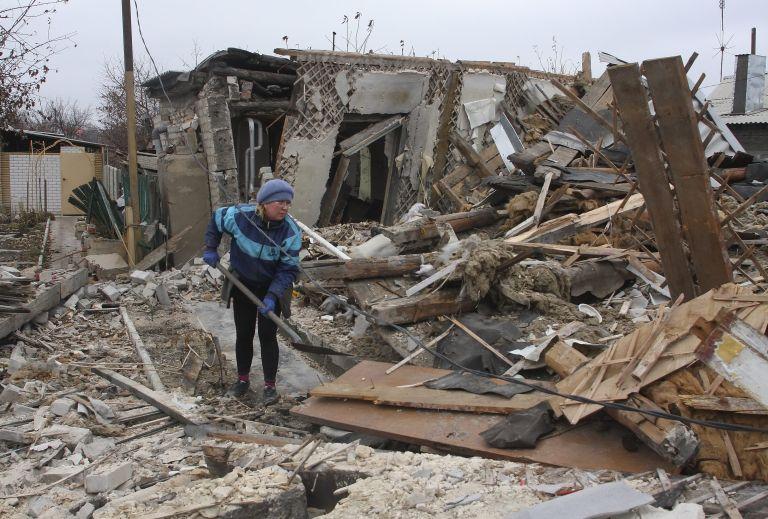 Οι βομβαρδισμοί στην ανατολική Ουκρανία απειλούν την εκεχειρία | tovima.gr