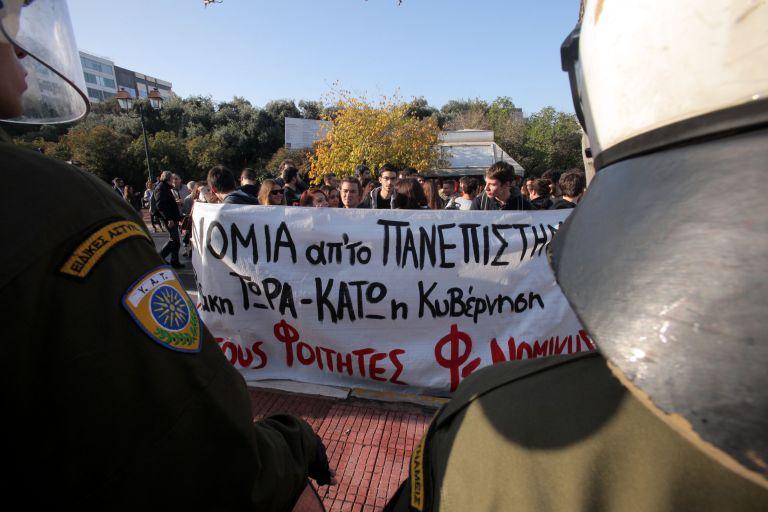 Στα ύψη η αντιπαράθεση στη Βουλή για τα επεισόδια στη Νομική | tovima.gr
