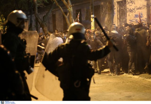 Investigation launched after riot police officers caught looting kiosk   tovima.gr