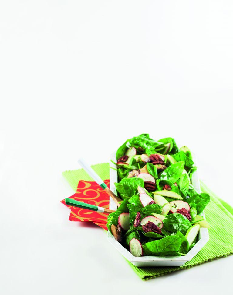 Σαλάτα με σπανάκι, ξινόμηλα και πεκάν | tovima.gr