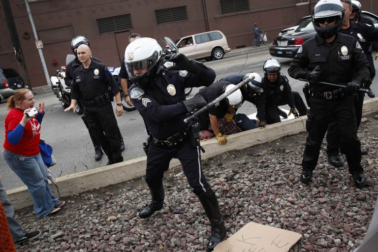 Ο Λευκός Οίκος προτείνει να μπει μία κάμερα στη στολή κάθε αστυνομικού | tovima.gr