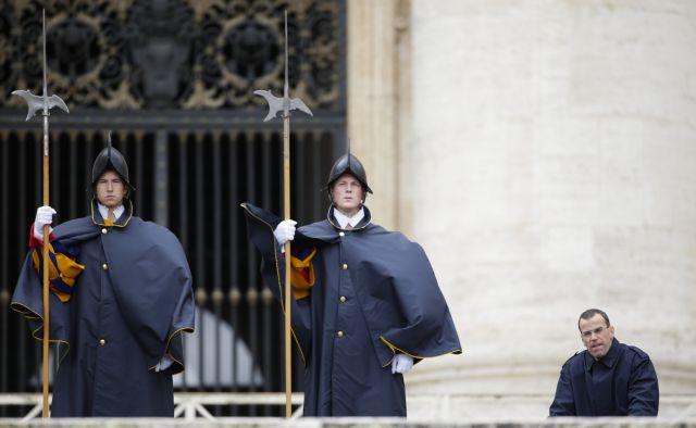 Πάπας: Δείχνει την έξοδο στον διοικητή της Ελβετικής Φρουράς | tovima.gr