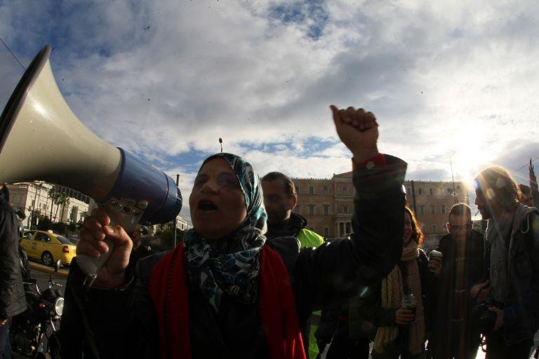 Σύροι στο Σύνταγμα: Αντιδρούν στην μετακίνηση γυναικών-παιδιών   tovima.gr