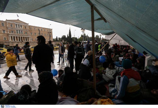 Στις 3 τη νύχτα απομάκρυναν τους σύρους πρόσφυγες από το Σύνταγμα | tovima.gr
