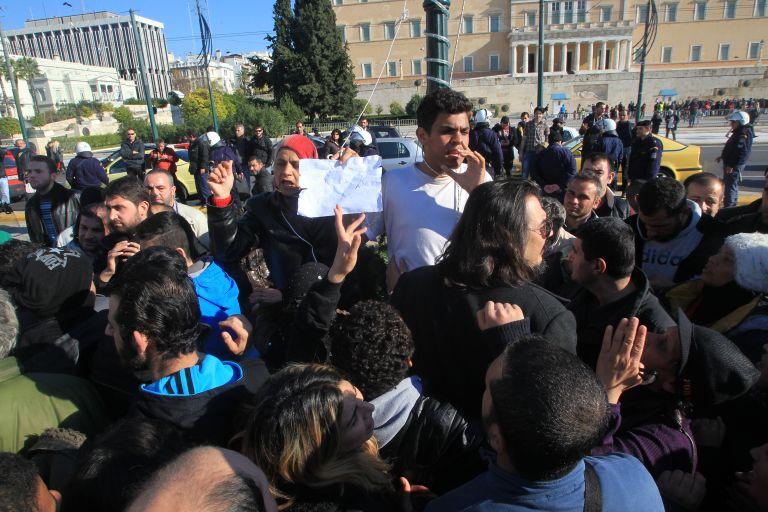 Σύρος πρόσφυγας στο Σύνταγμα απείλησε ότι θα κρεμαστεί | tovima.gr