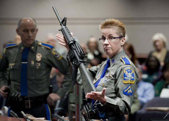 ΗΠΑ:Οικογένειες θυμάτων σε σχολείο μηνύουν τον κατασκευαστή του όπλου   tovima.gr