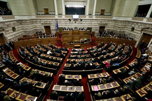 Αντιδράσεις και αποχωρήσεις από τη Βουλή για το μπαράζ τροπολογιών | tovima.gr