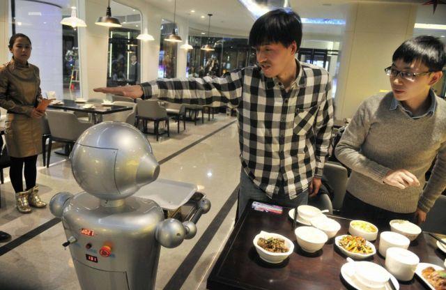 Ρομπότ μαγειρεύουν και σερβίρουν σε εστιατόριο στην Κίνα   tovima.gr