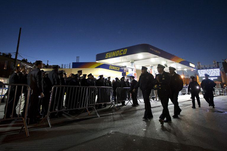 Χιλιάδες Αμερικανοί στην αγρυπνία για τον νεκρό αστυνομικό στη Νέα Υόρκη | tovima.gr