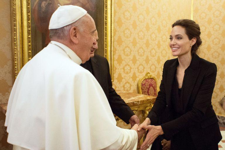 Οταν η Αντζελίνα Τζολί συνάντησε τον Πάπα στο Βατικανό | tovima.gr