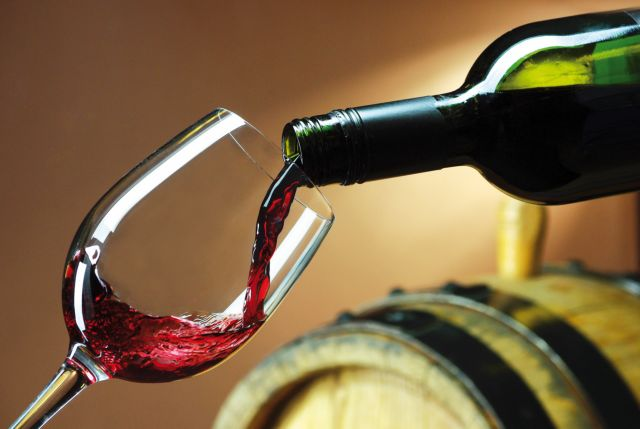 Η κρίση έκανε τους Ελληνες να κόψουν και το κρασί | tovima.gr