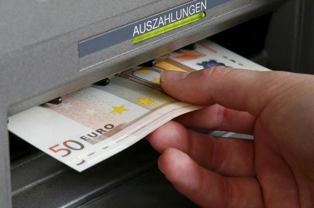Goldman Sachs: Στα €6 δισ. οι εκροές καταθέσεων τον Απρίλιο | tovima.gr