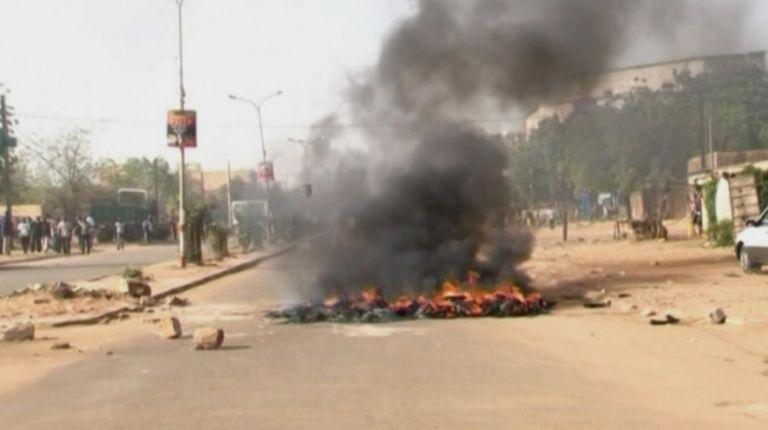 Νίγηρας: Πυρπολήθηκαν 45 εκκλησίες σε ταραχές κατά του Charlie Hebdo | tovima.gr