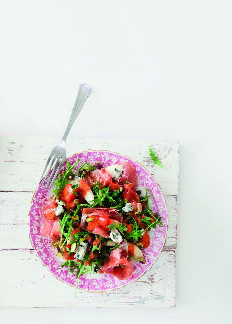 Σαλάτα με ροκφόρ και φράουλες | tovima.gr