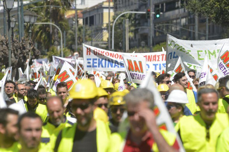 Εργαζόμενοι στις Σκουριές έστησαν σκηνές έξω από το υπ. Ενέργειας | tovima.gr