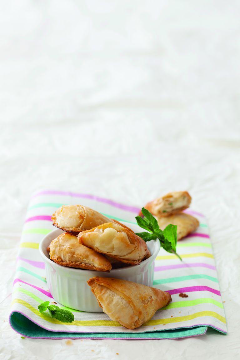 Αρωματικά τυροπιτάκια με 2 τυριά | tovima.gr