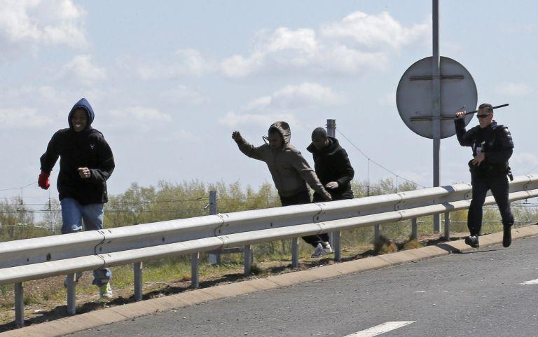 Γαλλία: Βίντεο δείχνει την αστυνομική βία κατά μεταναστών στο Καλαί   tovima.gr
