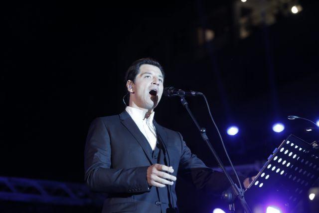 Αντιεξουσιαστές πέταξαν προκηρύξεις στη συναυλία του Ρουβά | tovima.gr