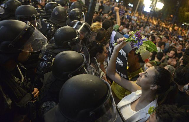 πΓΔΜ: «Πόλεμος» αστυνομίας-διαδηλωτών-Τραυματίες και συλλήψεις | tovima.gr