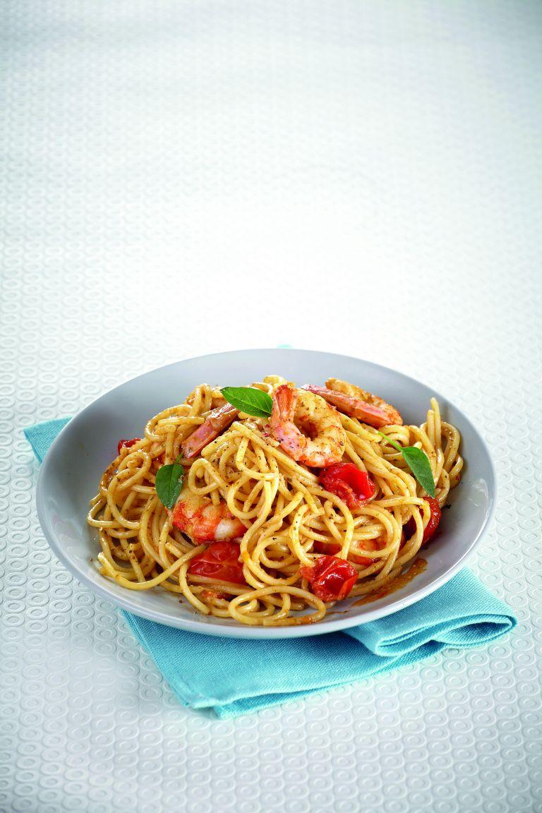 Σπαγκέτι με γαρίδες και πέστο βασιλικού | tovima.gr