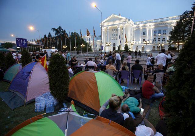 Σκόπια: Διαδηλωτές κατασκήνωσαν μπροστά από το κτίριο της κυβέρνησης   tovima.gr
