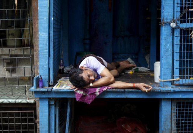 Ινδία: Ξεπερνούν τους 430 οι νεκροί από καύσωνα | tovima.gr