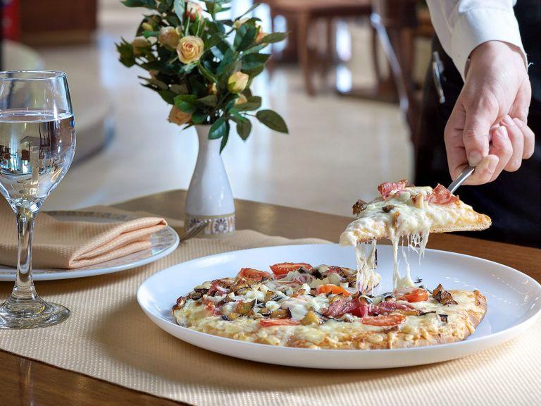 Πίτσα στο ξενοδοχείο ΤΙΤΑΝΙΑ | tovima.gr