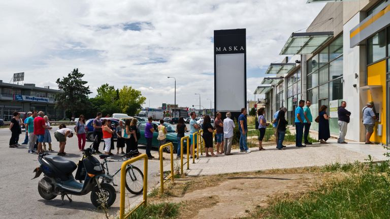 Στα 120 ευρώ μειώθηκε το εβδομαδιαίο όριo ανάληψης μετρητών των συνταξιούχων | tovima.gr