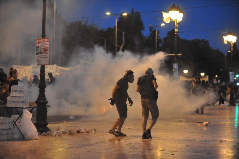 Επεισόδια στο Σύνταγμα μεταξύ κουκουλοφόρων και αστυνομίας | tovima.gr