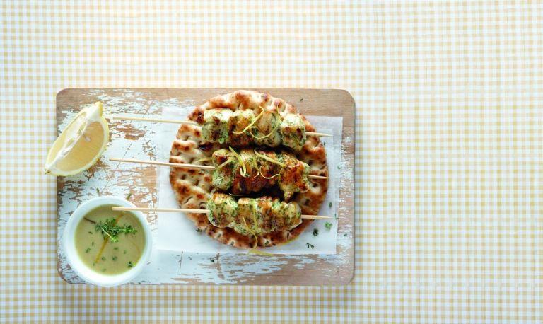 Κοτόπουλο καλαμάκι με λεμόνι και μυρωδικά | tovima.gr