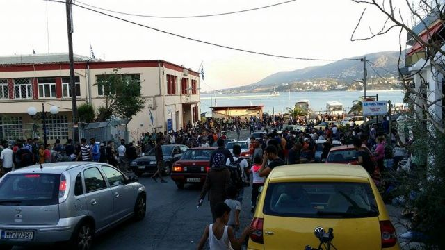 Με εντολή εισαγγελέα επιστρέφουν οι πρόσφυγες στο λιμάνι της Μυτιλήνης | tovima.gr