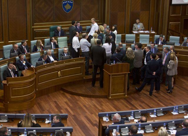 Δακρυγόνο στη Βουλή του Κοσόβου έριξε ο αρχηγός της αντιπολίτευσης | tovima.gr