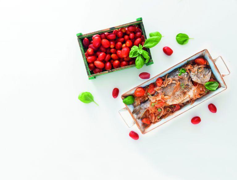 Τσιπούρες με ντοματίνια και βασιλικό | tovima.gr