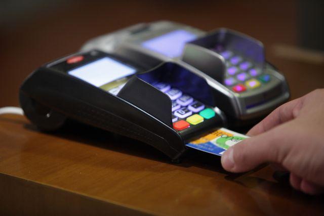 Οι Ελληνες πληρώνουν όλο και περισσότερο με κάρτες | tovima.gr