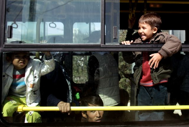 Με αστικά λεωφορεία η μεταφορά προσφύγων σε Γαλάτσι και Ελληνικό | tovima.gr
