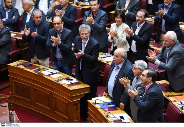 «Μαχαίρι» 10% στη βουλευτική αποζημίωση και τέλος στο αφορολόγητο | tovima.gr